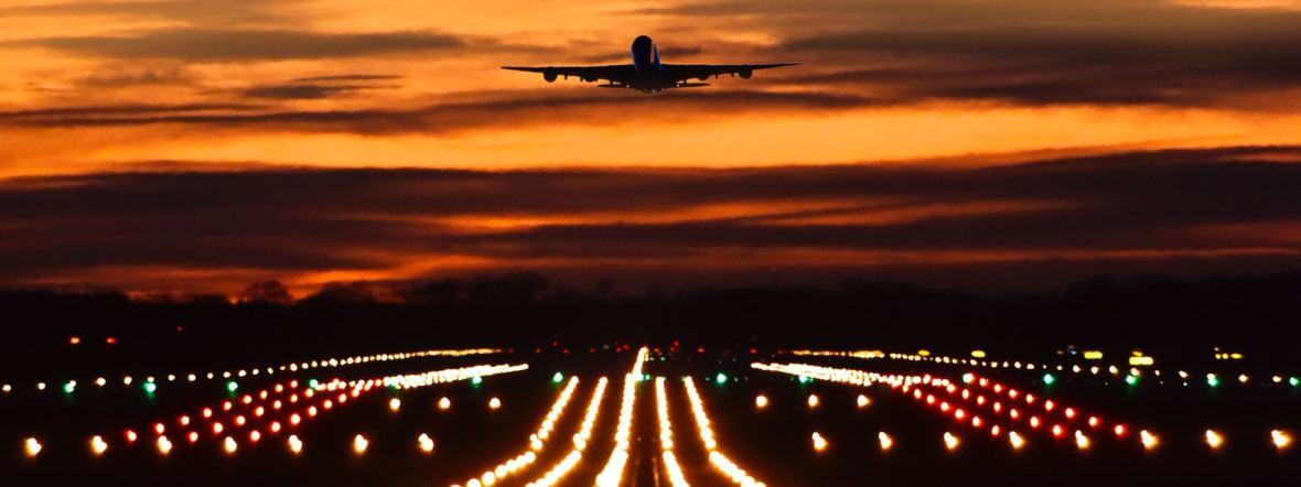 Startendes Flugzeug in der Dämmerung, Foto: Flughafen München
