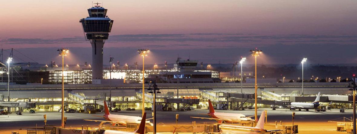 Der Flughafen München in der Abenddämmerung, Foto: Flughafen München GmbH
