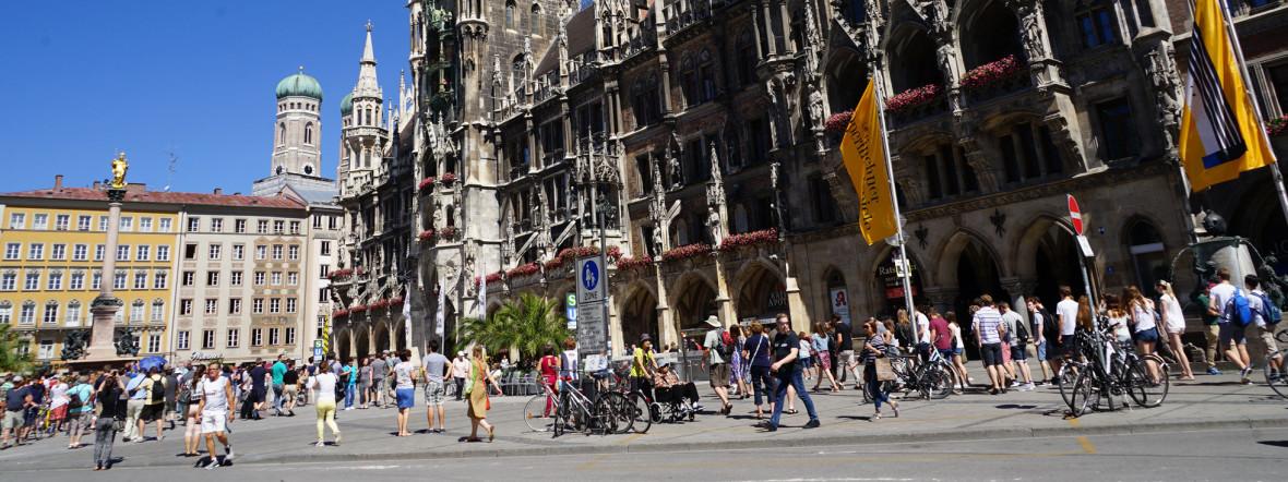 Marienplatz im Sommer mit Neuem Rathaus und Frauenkirche im Hintergrund, Foto: muenchen.de