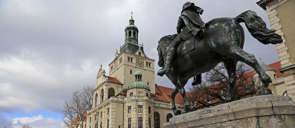 Bayerisches Nationalmuseum mit Reiterdenkmal, Foto: blickwinkel2511 / Fotolia.com