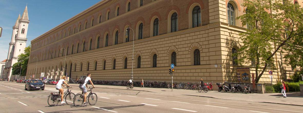Radler auf der Ludwigstraße bei der Staatsbibliothek, Foto: muenchen.de / Immanuel Rahman