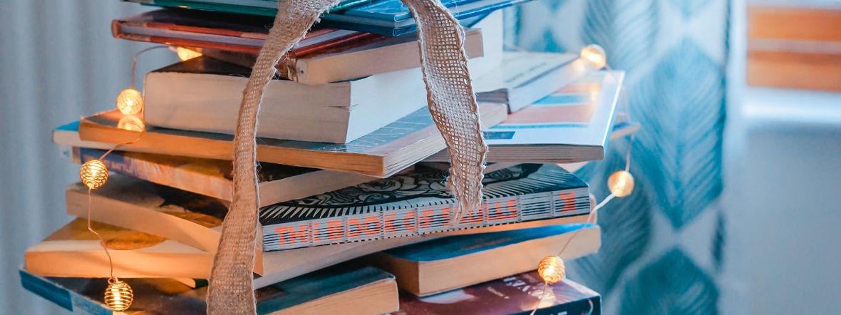 Bücherstapel im Wohnzimmer, Foto: Toa Heftiba/unsplash.com