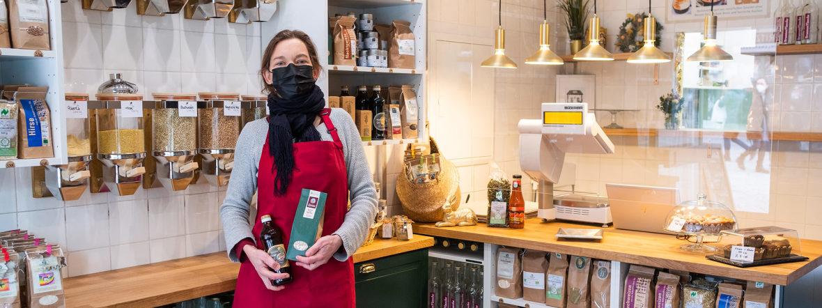 """Sabine Köhl in ihrem neuen Laden """"satt & gut"""" auf dem Viktualienmarkt, Foto: Anette Göttlicher"""