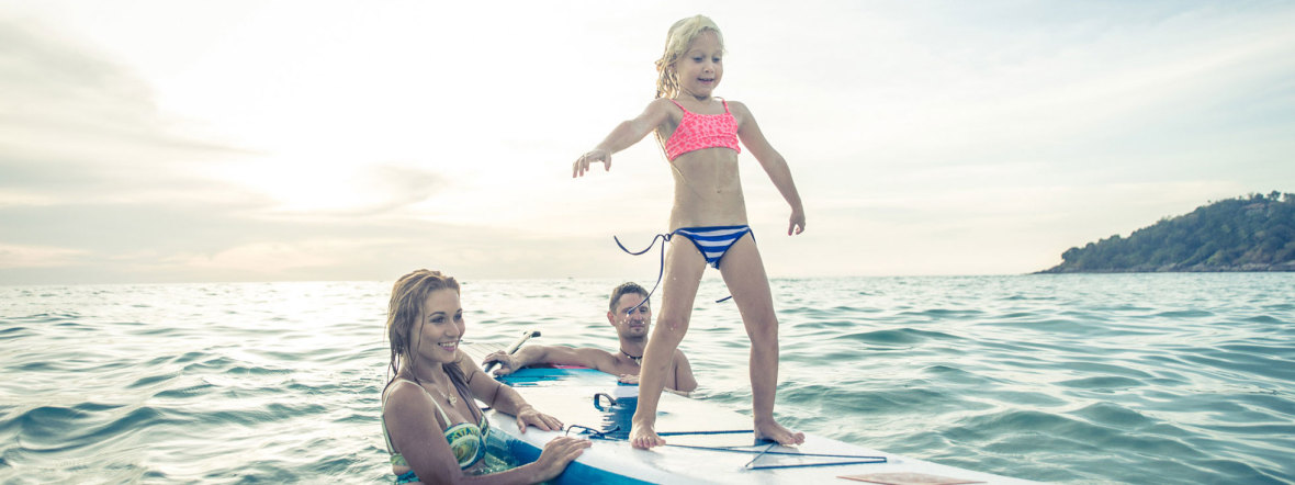 Familie beim Stand Up Paddling