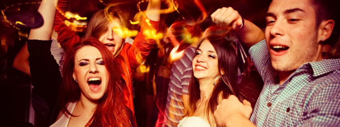 Partygäste feiern
