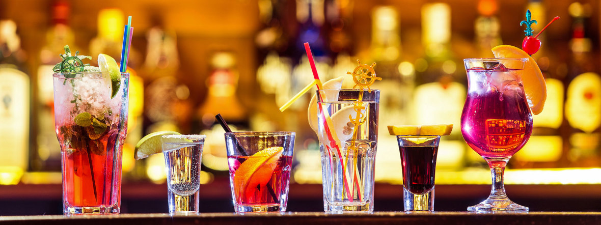 Cocktails auf einem Tresen an der Bar
