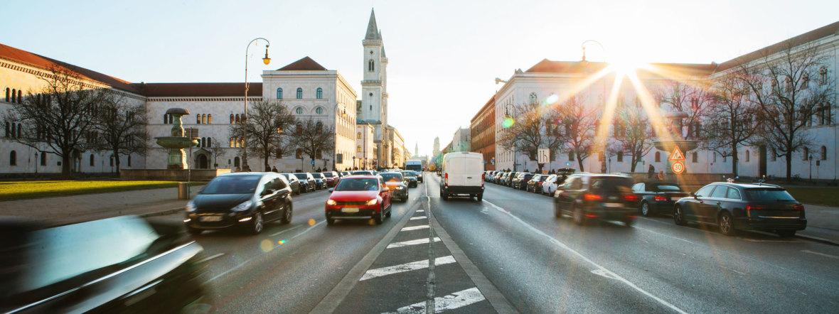 Autoverkehr auf der Ludwigstraße Richtung Odeonsplatz