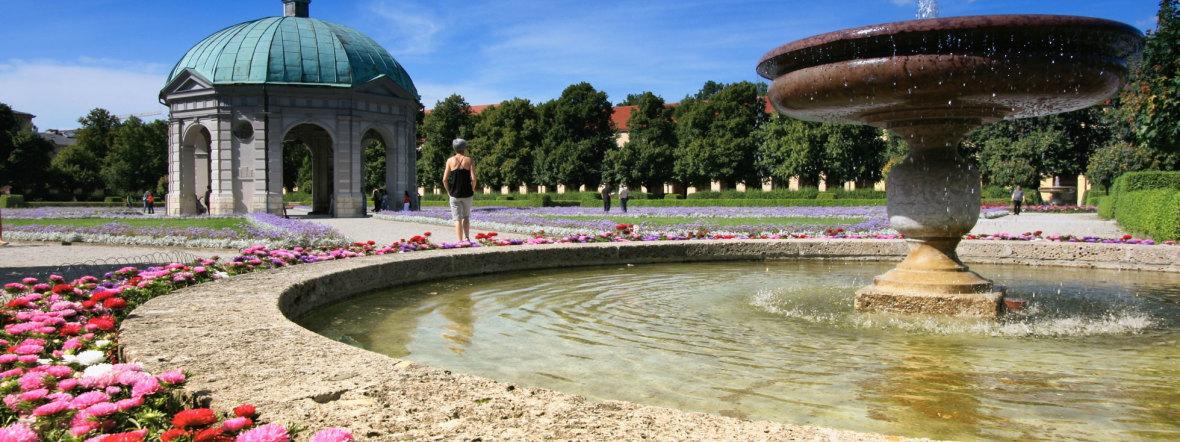 Hofgarten mit Brunnen und Dianatempel