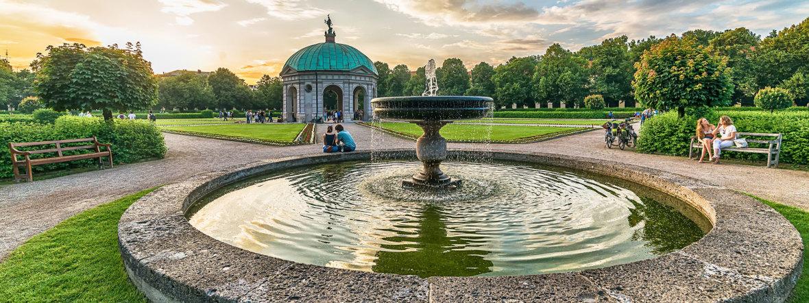Der Dianatempel hinter Brunnen im Hofgarten