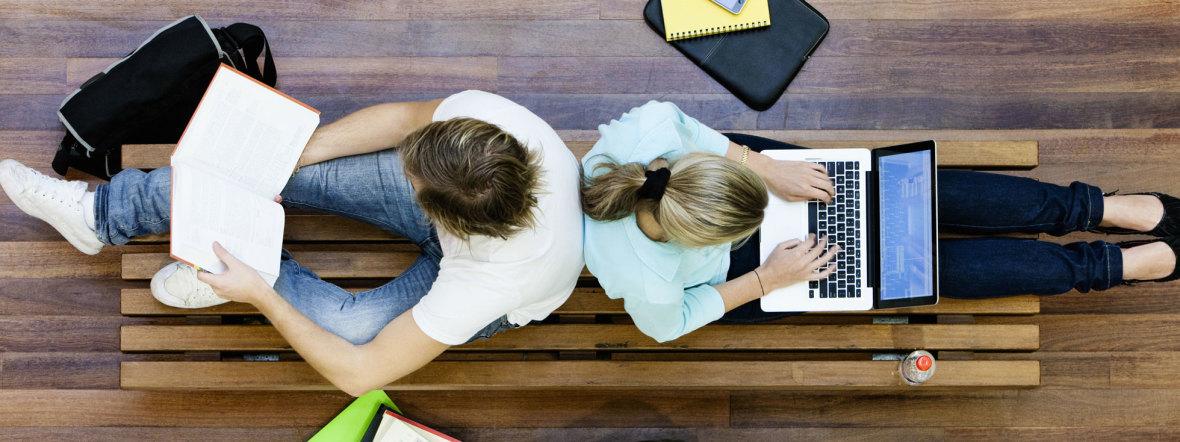 Zwei Studenten lernen Rücken an Rücken, Foto: bikeriderlondon / Shutterstock.com