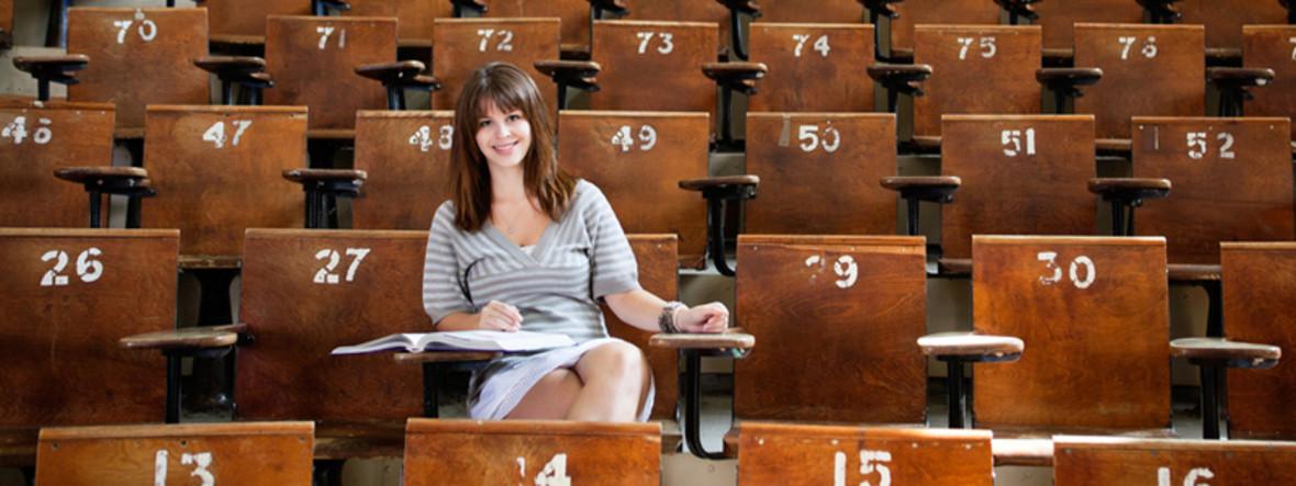 Mädchen sitzt im Hörsaal der Uni
