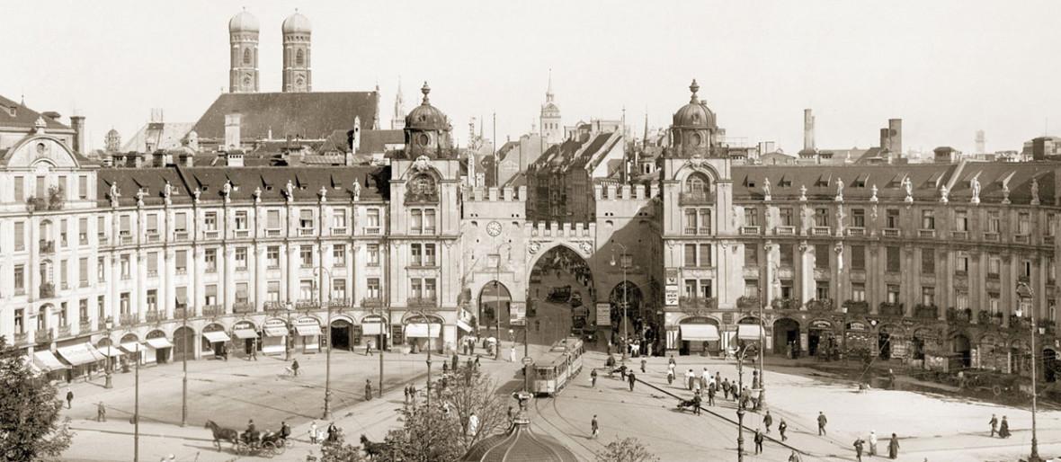 Historische Aufnahme: Die Ostseite des Karlsplatzes, Foto: © Stadtarchiv München / Courtesy Schirmer/Mosel www.schirmer-mosel.com