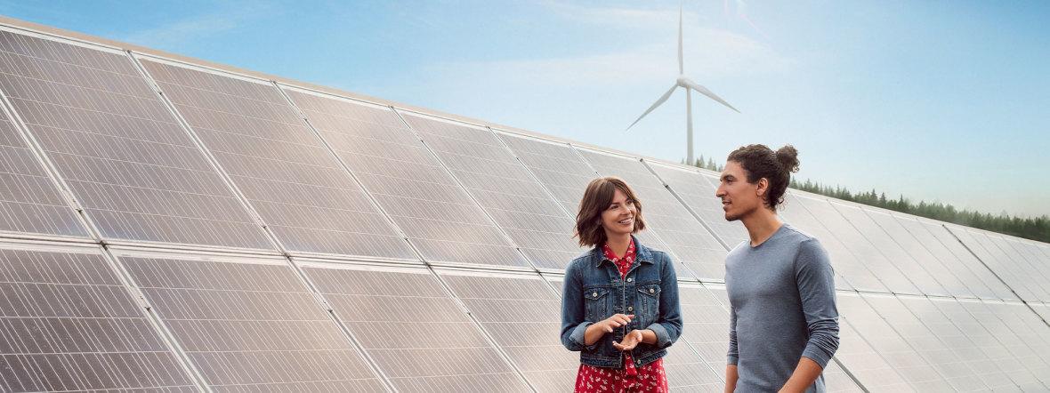 Menschen vor einer Solaranlage, Foto: SWM
