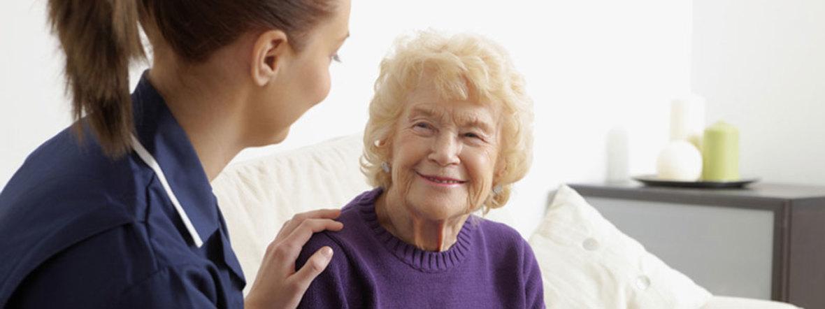 Krankenschwester mit Seniorin auf dem Sofa, Foto: www.shutterstock.com, 2010, redaktionell; 48461245
