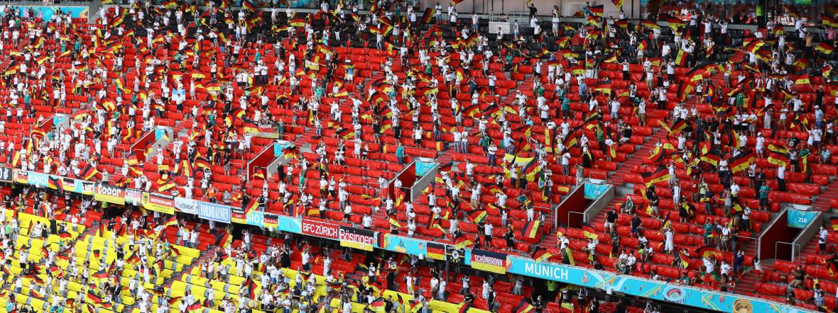 Der deutsche Fanblock beim Spiel Deutschland gegen Portugal in der Münchner Fußball Arena., Foto: IMAGO / Schüler