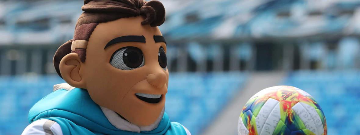 Zopffrisur, hochgekrempelte Hose, lässiger Sweater: Skillzy, das offizielle Maskottchen der UEFA EURO 2020, ist ein ziemlich cooler Typ., Foto: imago images / ITAR-TASS