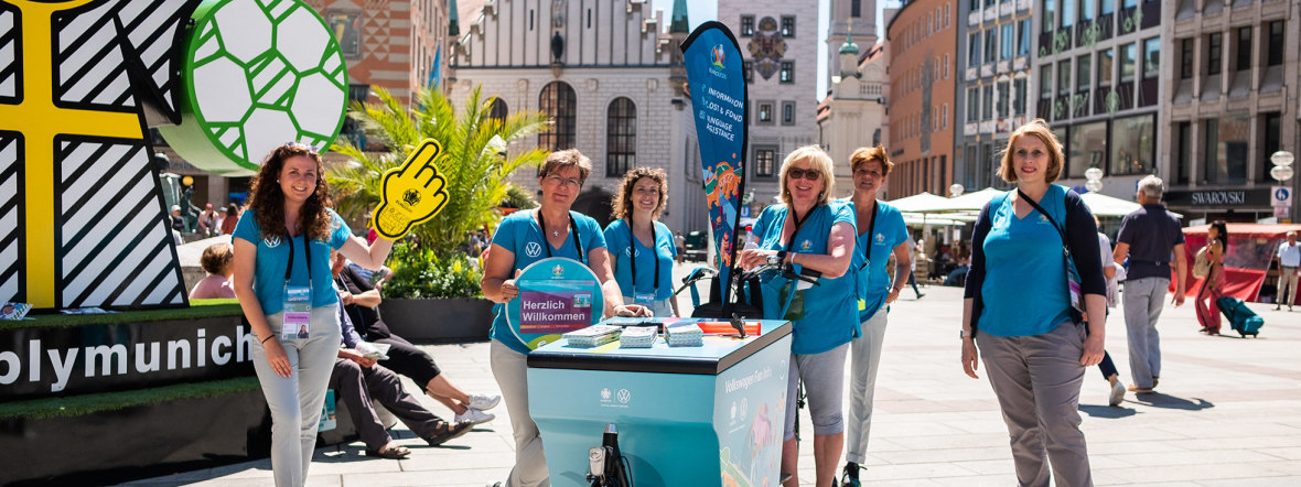 EM-Volunteers auf dem Münchner Marienplatz, Foto: Anette Göttlicher