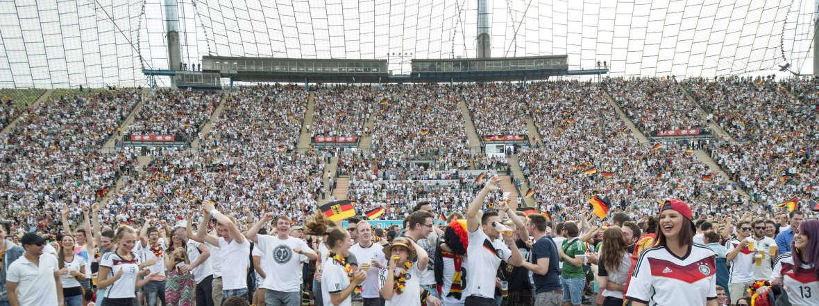 Fußballfans im Olympiastadion, Foto: imago images / Plusphoto