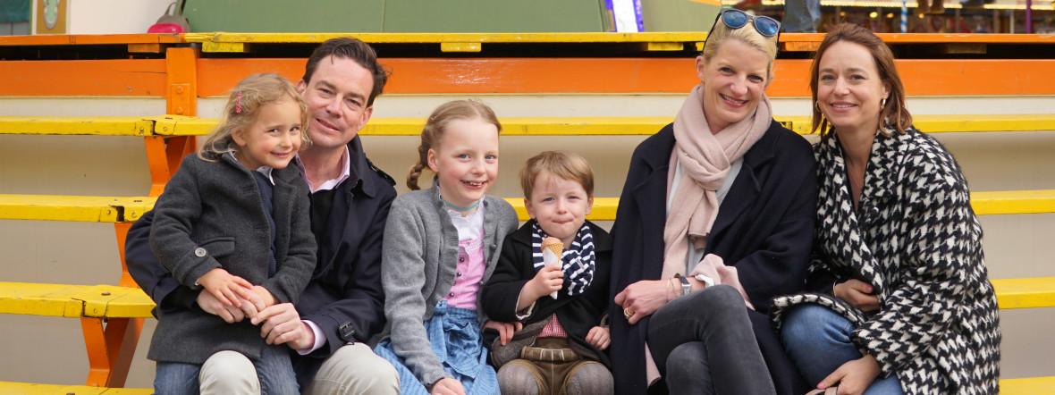 Auf der Auer Dult (von links): Marilov (4), Vater Felix, Filippa (9), Tassilo (3), Mutter Stefanie und Ina, die Schwester von Felix, Foto: muenchen.de / Dan Vauelle 2017