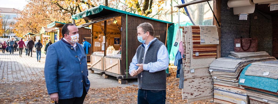 Dult-Chef Clemens Baumgärtner ehrt drei Marktkaufleute, die seit 25 Jahren auf der Auer Dult sind, Foto: Anette Göttlicher