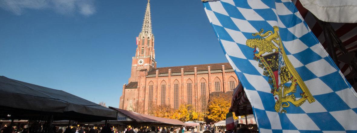 Mariahilfkirche mit bayerischer Flagge bei der Kirchweihdult, Foto: Lukas Barth