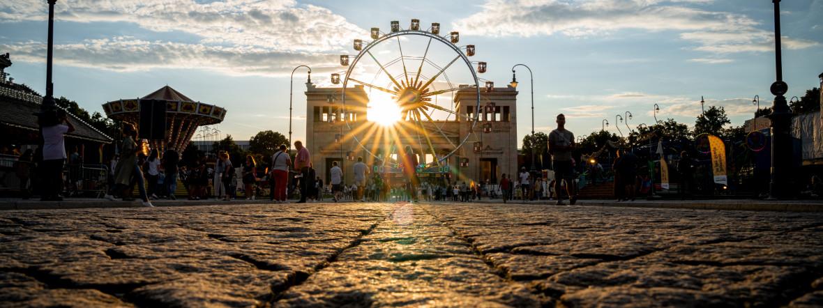 Der Königsplatz abends bei Sommer in der Stadt, Foto: Rico Güttich