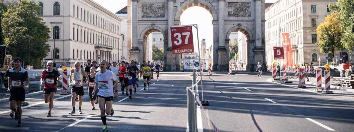 Läufer beim München Marathon mit Siegestor im Hintergrund, Foto: MÜNCHEN MARATHON GmbH