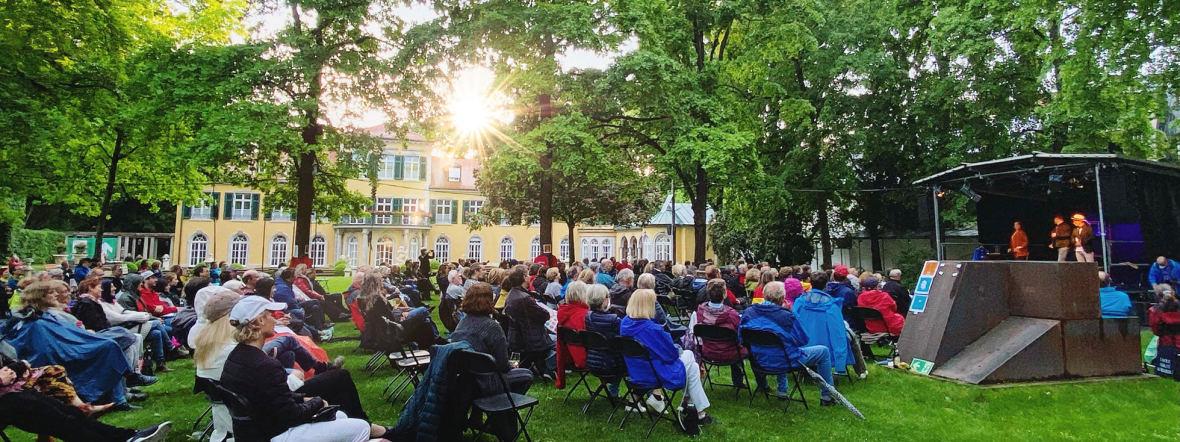 Open-Air-Kabarett vor Schloss Suresnes in Schwabing, Foto: Anette Göttlicher