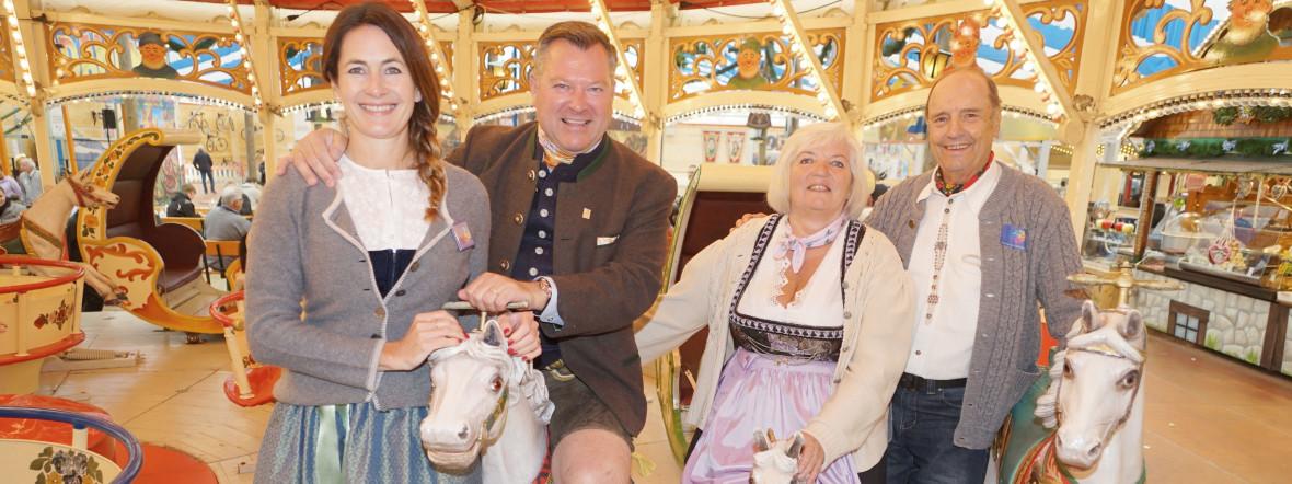 Natalie Schmid und Wiesn-Chef Josef Schmid auf Karrussel mit den Senioren Sonja Engelbrecht (65) und Horst Rauwolf (76)., Foto: muenchen.de/ Daniel Vauel