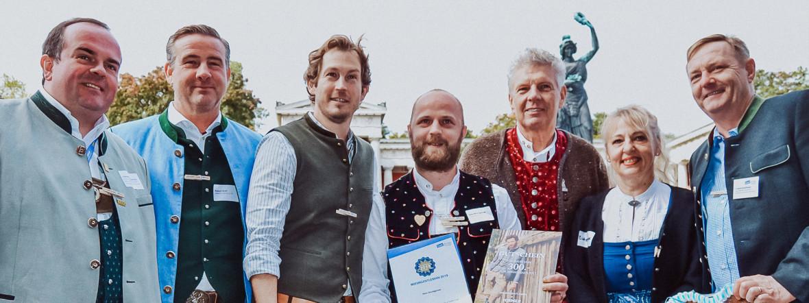 Wiesn-Chef Clemens Baumgärtner (l.), Stefan Murr (3.v.l.), WiesnGentleman Peter B., OB Dieter Reiter, Johanna Bittenbinder (2.v.r.), Foto: Condrobs e.V.